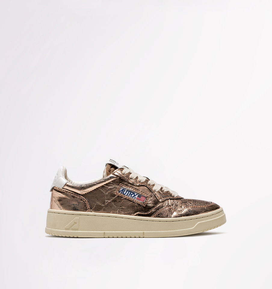 AUTRY: LOW SNEAKERS IN GOLD PINK LAMINATED LEATHER