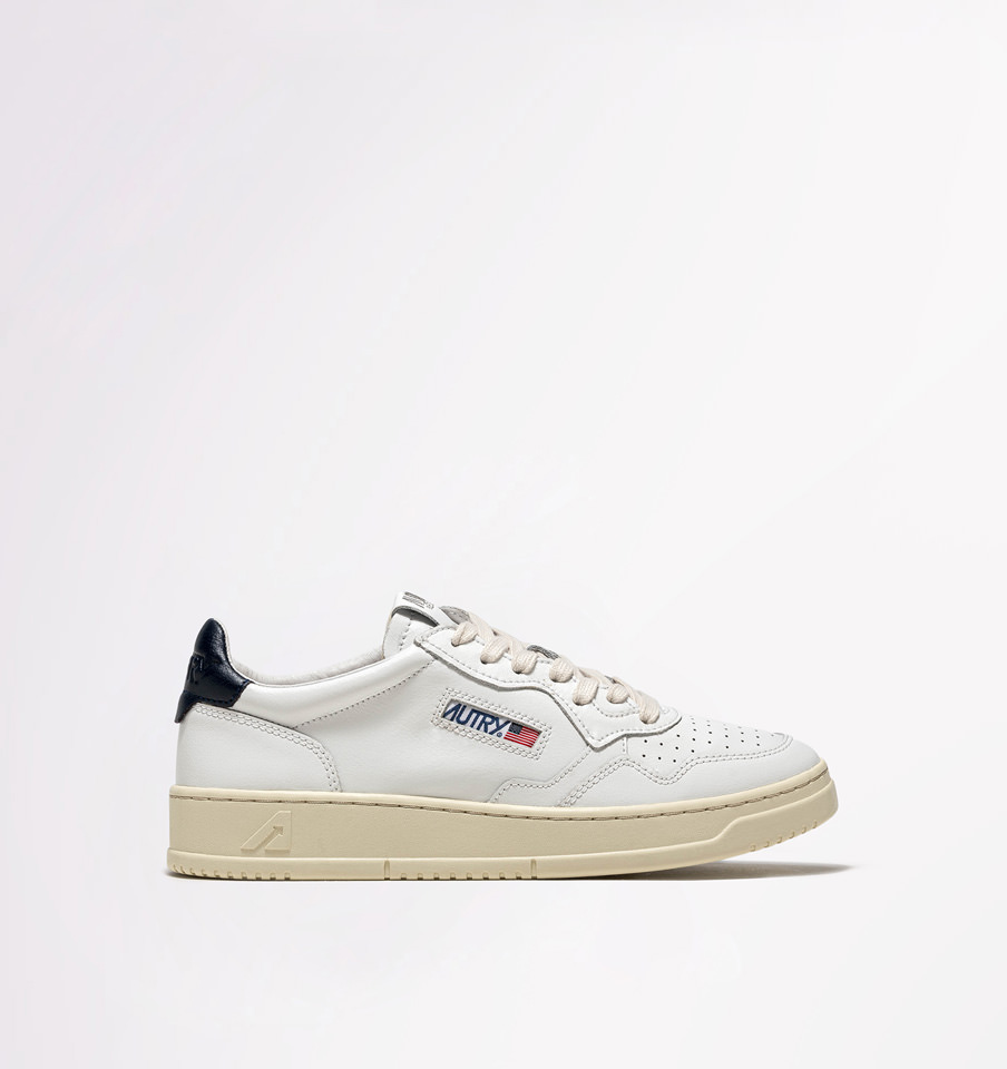 AUTRY: MEDALIST LOW SNEAKERS IN LEATHER COLOR WHITE BLUE
