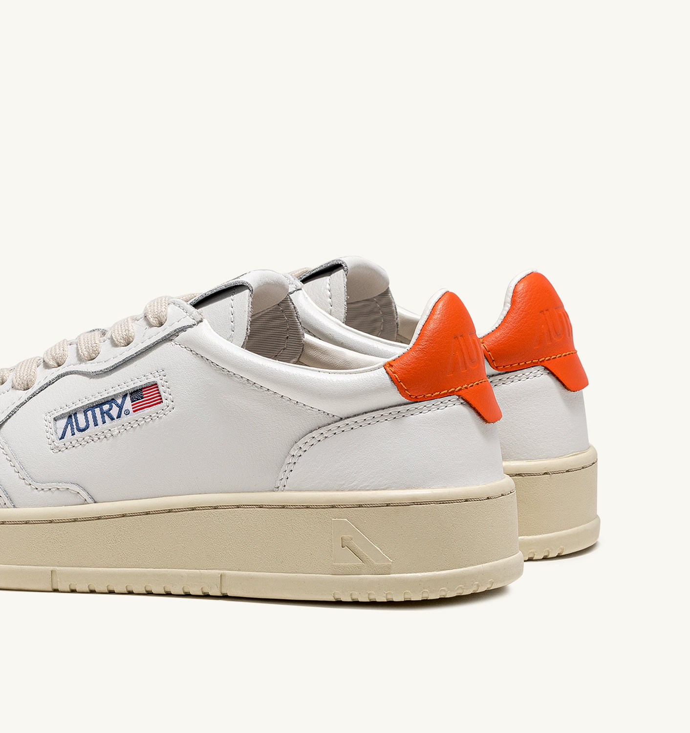 AUTRY: MEDALIST LOW SNEAKERS IN LEATHER COLOR WHITE ORANGE