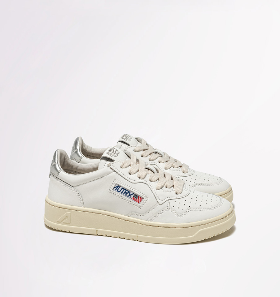 AUTRY: MEDALIST LOW SNEAKERS IN LEATHER WHITE COLOR SILVER