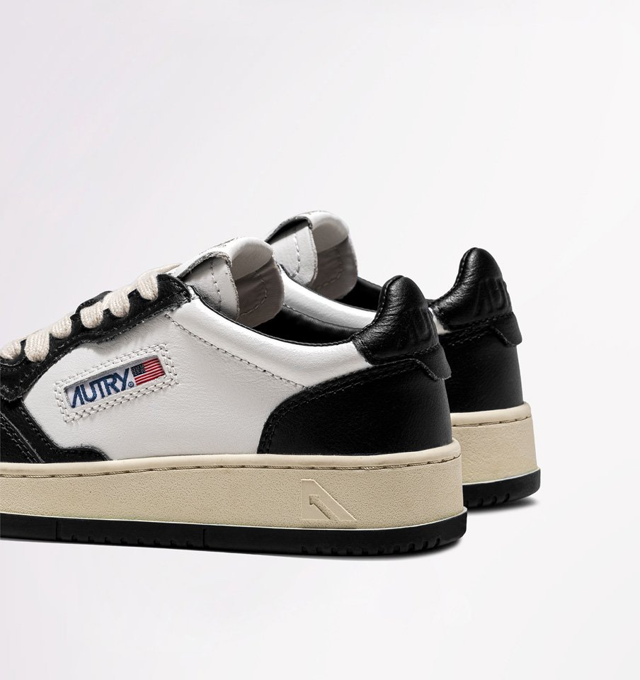AUTRY: MEDALIST LOW SNEAKERS IN LEATHER COLOR WHITE BLACK