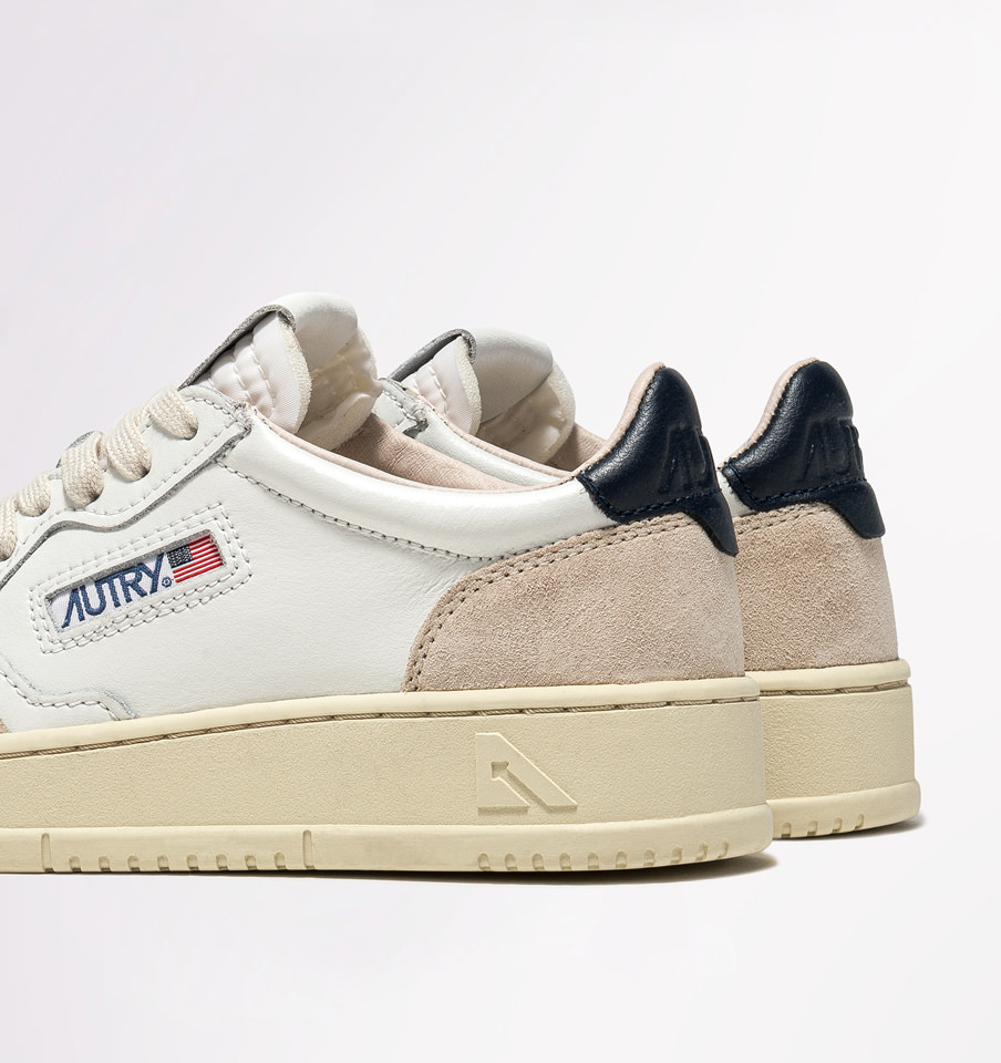 AUTRY: MEDALIST LOW SNEAKERS IN LEATHER AND SUEDE COLOR WHITE BLUE